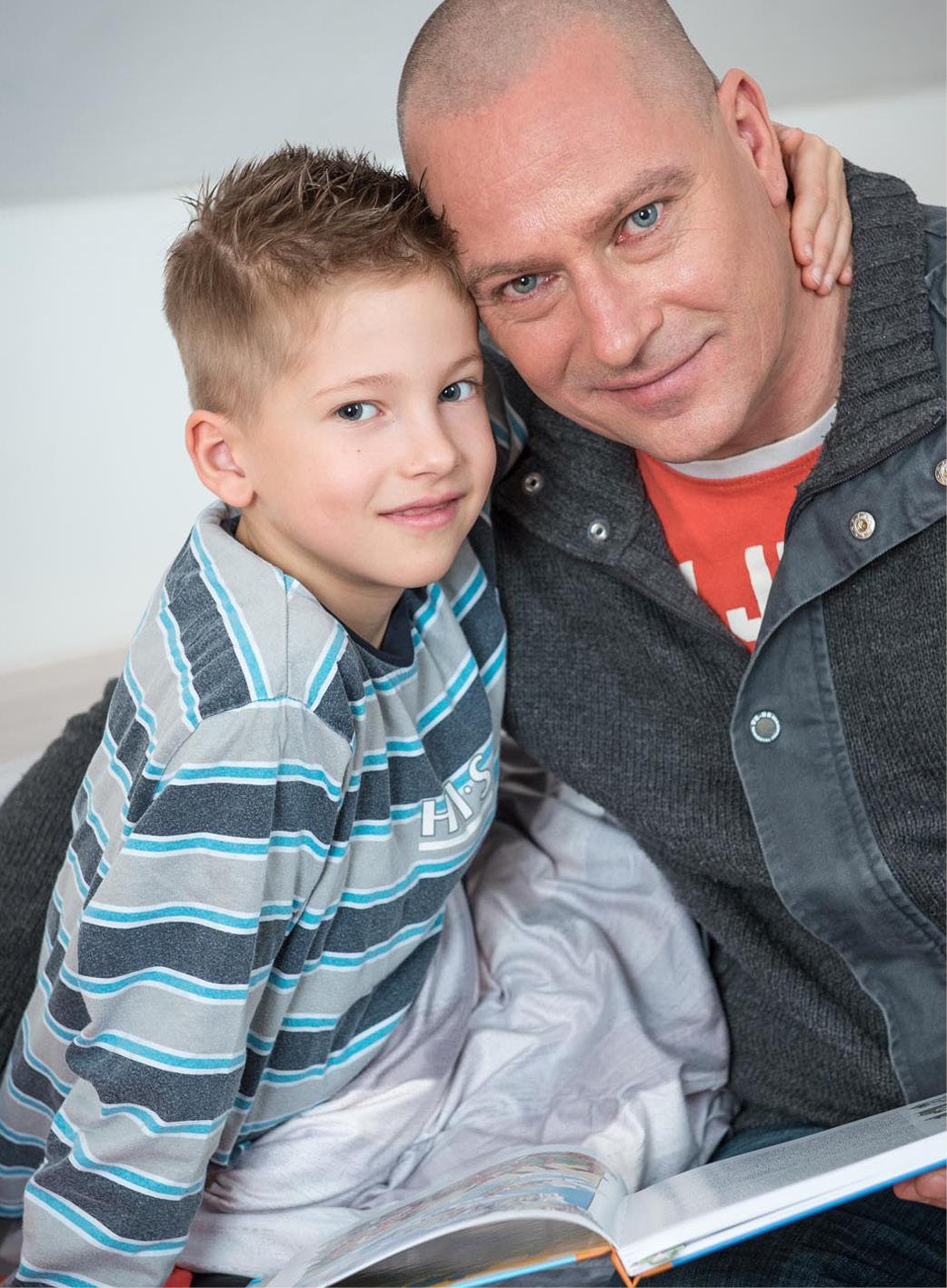 Glücklicher Vater mit Kind im Arm