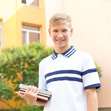 Junger Mann mit Praktikumsmappe